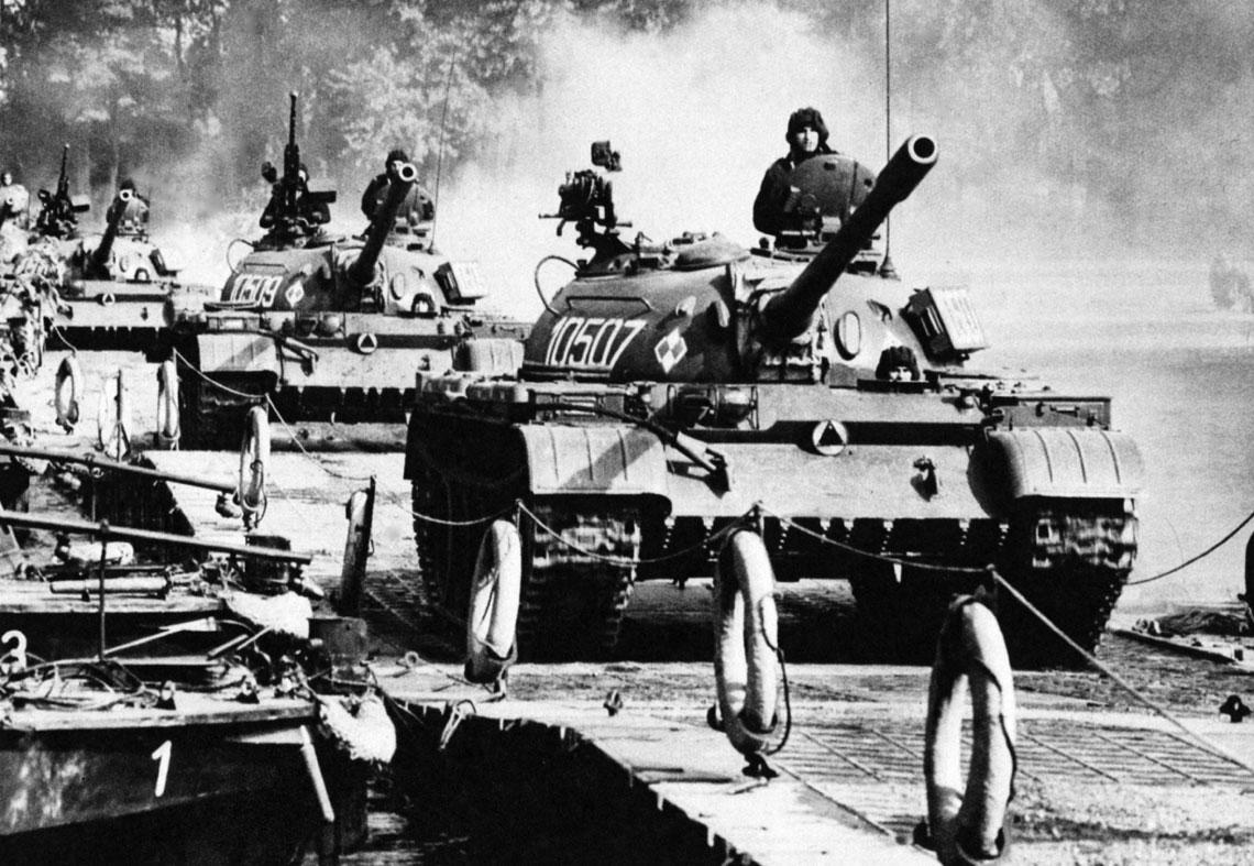 Polskie T-54 podczas forsowania przeszkody wodnej.