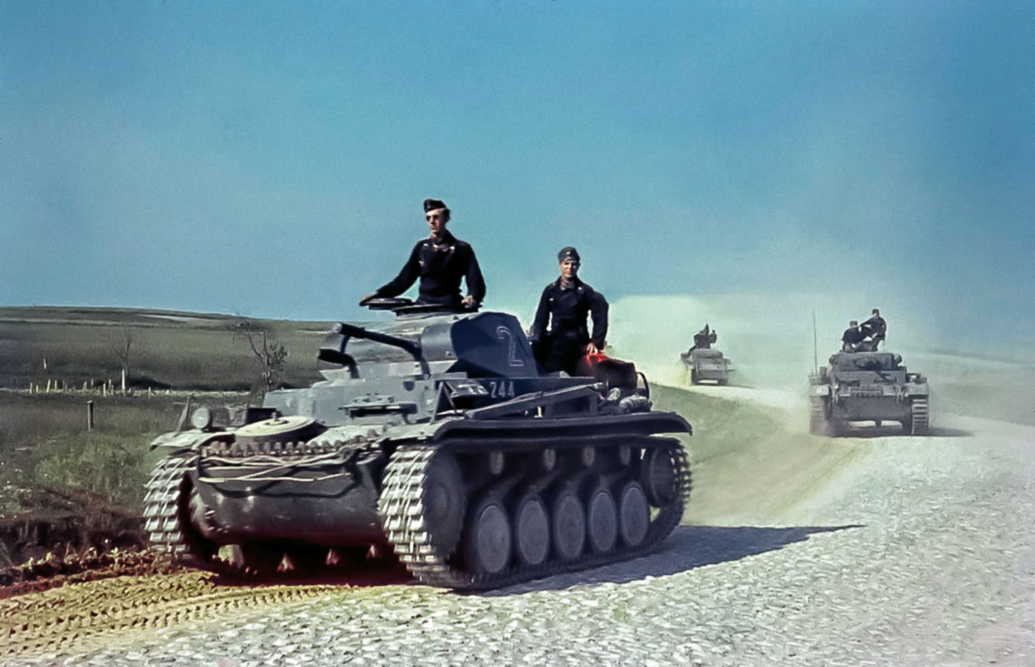 Czolg PzKpfw II stal sie pierwszym niemieckim masowo produkowanym czolgiem uzbrojonym w dzialko, wciaz jednak byl traktowany jako model przejsciowy. Na zdjeciu: PzKpfw II Ausf. C na czele kolumny pancernej w czasie dzialan bojowych na froncie wschodnim latem 1941 r.