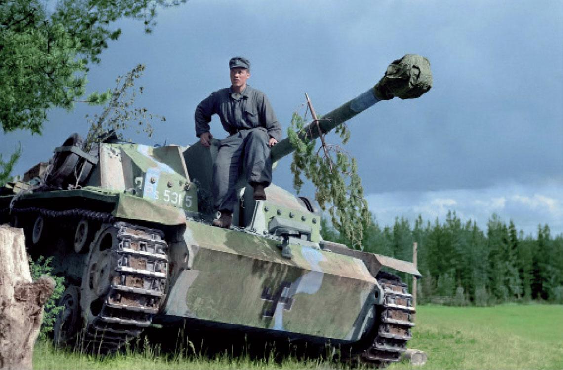 Jeden z 30 Sturmgeschütz 40 (StG III Ausf. G) dostarczonych Finlandii w okresie lipiec-wrzesień 1943 r. Jest to jeden z dziesieciu wozow wyprodukowanych przez Altmärkische Kettenwerk GmbH (Alkett) z Berlina; 19kolejnych zbudowal MIAG z Brunszwiku, a jeden – MAN zNorymbergi. Przedstawiony na zdjeciu woz zniszczył piec T-34 i jedno dzialo samobiezne ISU-152, nim sam ulegl zniszczeniu w lipcu 1944 r. Wszystkie wozy, wraz z29 kolejnymi dostarczonymi w 1944 r., słuzyly w finskiej Dywizji Pancernej (Panssaridivisioona), w brygadzie pancernej (Panssariprikaati), w jej dywizjonie dzial szturmowych (Rynnäkkötykkipataljoona).