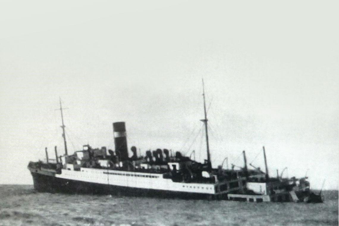 4 wrzesnia 1939r., okolo 10:30, wody na polnoc od Irlandii. Brytyjski liniowiec pasażerski Athenia, storpedowany wieczorem poprzedniego dnia przez U30, na krotko przed zatonieciem.