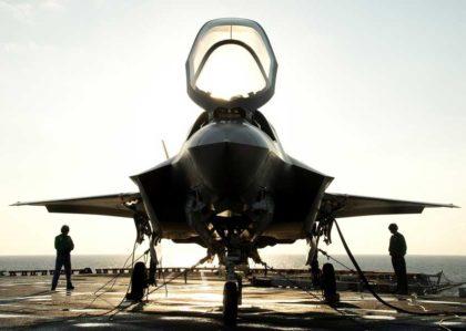 myśliwiec bojowy F-35 na lotniskowcu