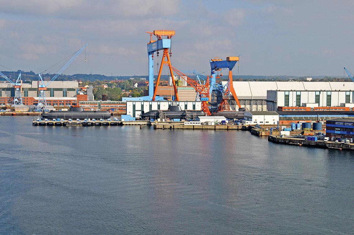 Widok od strony miasta na stocznie thyssenkrupp Marine Systems (HDW) w Kilonii. Na zdjeciu z 2010r. widac jednostki typow 209PN, 214 i 212A. Dzis tlok nie zmalal, zas tendencje rozwojowe rynku okretow podwodnych wskazuja na dalsze utrwalenie tego stanu. To szansa dla Polski, ktora po zbudowaniu Orek moze produkowac okrety dla tkMS na eksport.