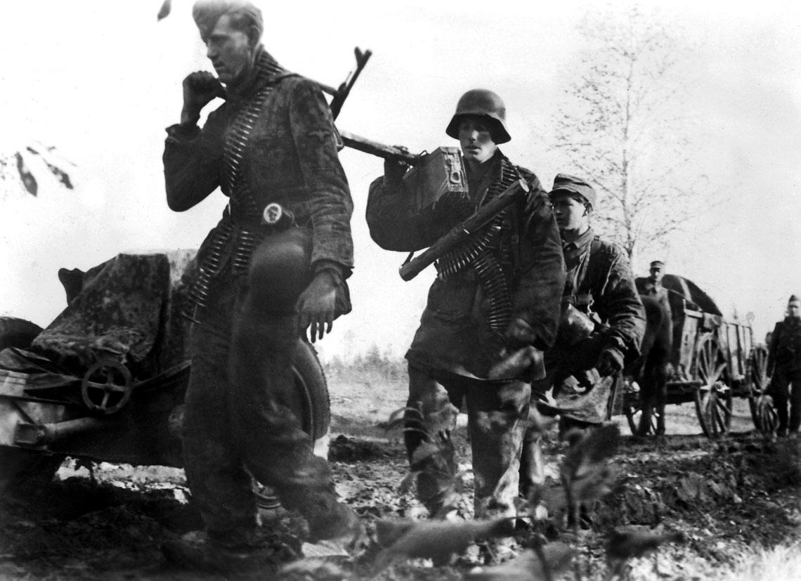 Zolnierze wojsk SS w drodze na przedni skraj obrony wkotle kurlandzkim; 21 listopada 1944 r.