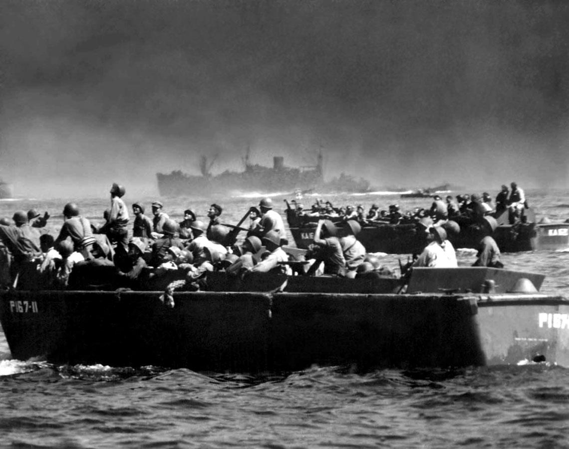 Barki desantowe z wojskiem zblizaja sie do plaz Leyte 20pazdziernika 1944 r. Do desantowania wybrano wschodnie wybrzeze wyspy i od razu ladowaly na nim cztery dywizje wchodzace w sklad dwoch korpusow –wszystkie z US Army. Poza pododdzialem artylerii Korpus Piechoty Morskiej nie uczestniczyl w dzialaniach naFilipinach.