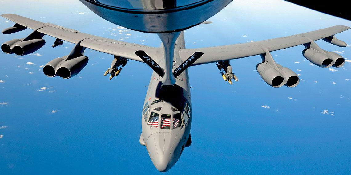 Bombowce Boeing B-52H Stratofortress maja sluzyc do polowy obecnego stulecia, w najblizszych latach przejda proces wymiany jednostek napedowych, dzieki czemu ograniczone zostaną koszty ich eksploatacji, a jednoczesnie podniesiona zostanie gotowosc operacyjna.