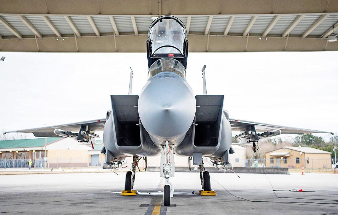 Pierwsze zdjecie F-15C Eagle Gwardii Narodowej Luizjany znowymi zbiornikami konforemnymi.