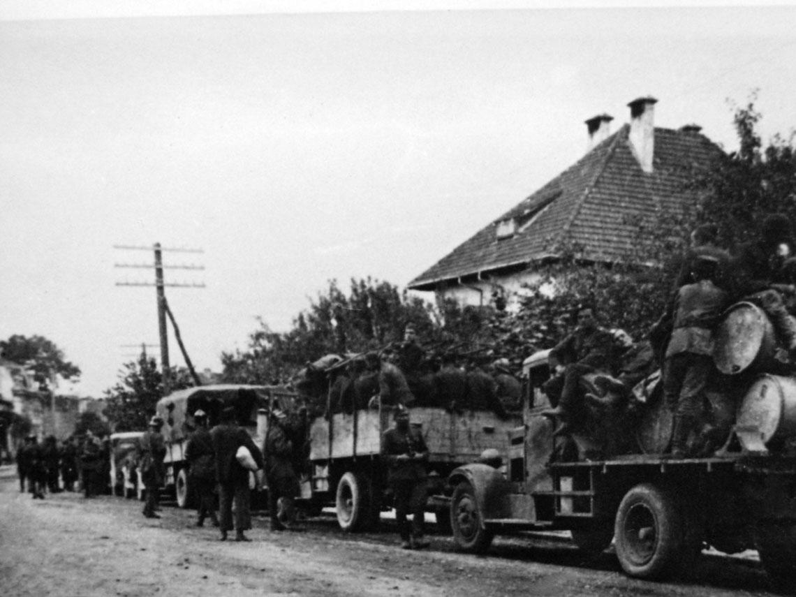 Kolumna motorowa 10 BK w czasie postoju. Na pierwszym planie transporter czolgow TKS – tymczasowo wroli samochodu benzynowego.