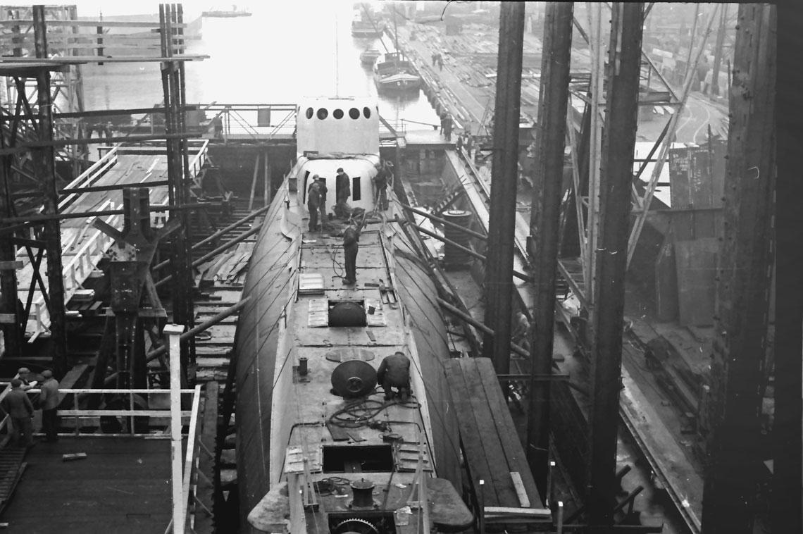 Styczen 1938r. Kadlub przyszlego ORP Orzel podczas prac wykonczeniowych przed wodowaniem. Z lewej strony widoczna zbudowana trybuna dla VIP-ow.