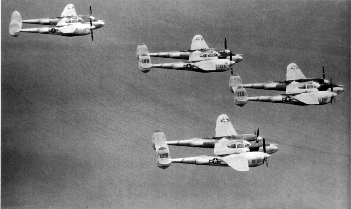 Klucz samolotow mysliwskich P-38 Lightning z 475. FG; Filipiny, 1944 r.