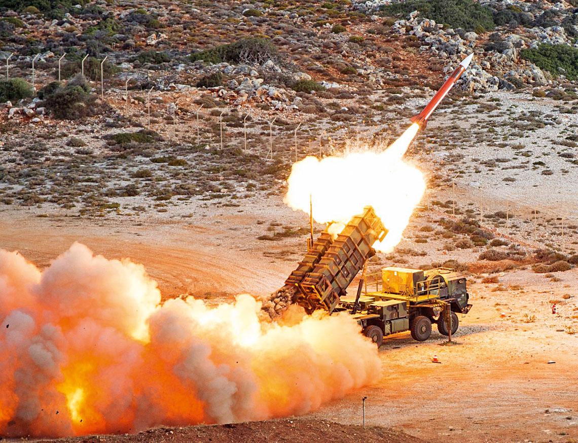 Odpalenie pocisku PAC-2 zniemieckiej wyrzutni systemu Patriot podczas strzelan na poligonie NATO – Missile Firing Installation (NAMFI) na Krecie w2016 r.