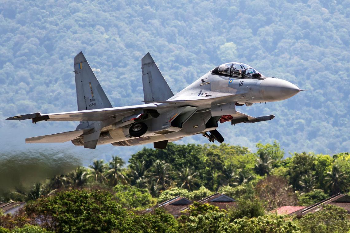 Podstawowymi wielozadaniowymi samolotami mysliwskimi malezyjskiego lotnictwa wojskowego sa Su-30MKM, w ktore jest wyposazona 11. eskadra stacjonujaca w bazie Gong Kedak
