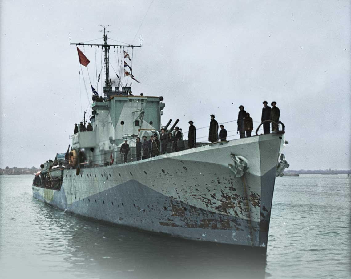 19 sierpnia 1942r., niszczyciel eskortowy Slazak po rajdzie na  Dieppe wchodzi do  Portsmouth podczas alarmu przeciwlotniczego.