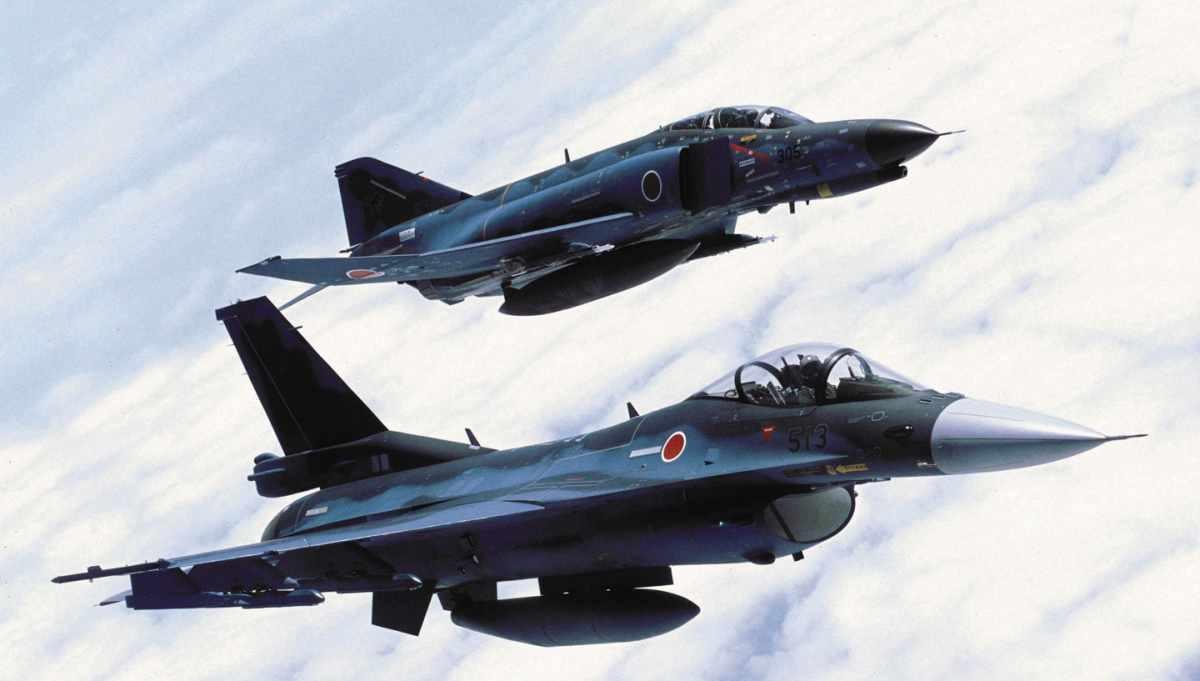 Mitsubishi F-2 miały zastąpić F-4EJ Phantom II, jednak wysokie koszty ograniczyły liczbę zamówionych egzemplarzy, co zaowocowało wzrostem ceny jednostkowej powyżej 100 mln USD. Fot. Siły Samoobrony Japonii.