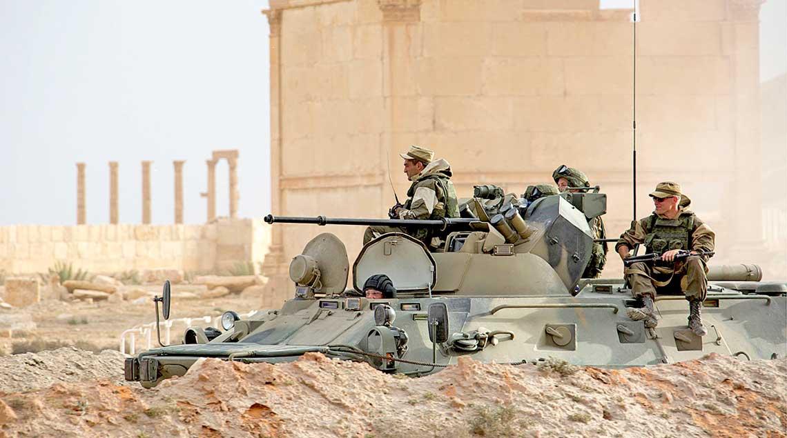 Rosyjscy saperzy na kolowym transporterze opancerzonym BTR-82AM na terenie Palmyry.