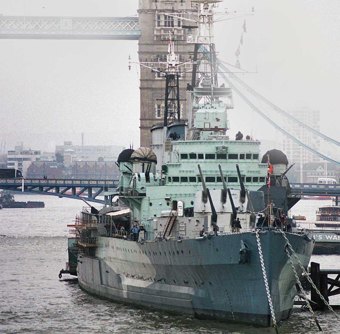 Belfast, pierwszy w dziejach okret, ktory wpadl na mine magnetyczna, zostal rowniez jedynym zachowanym w Europie krazownikiem okresu II wojny swiatowej – od 1971r. stoi na Tamizie w poblizu Tower Bridge, pelniac role muzeum.