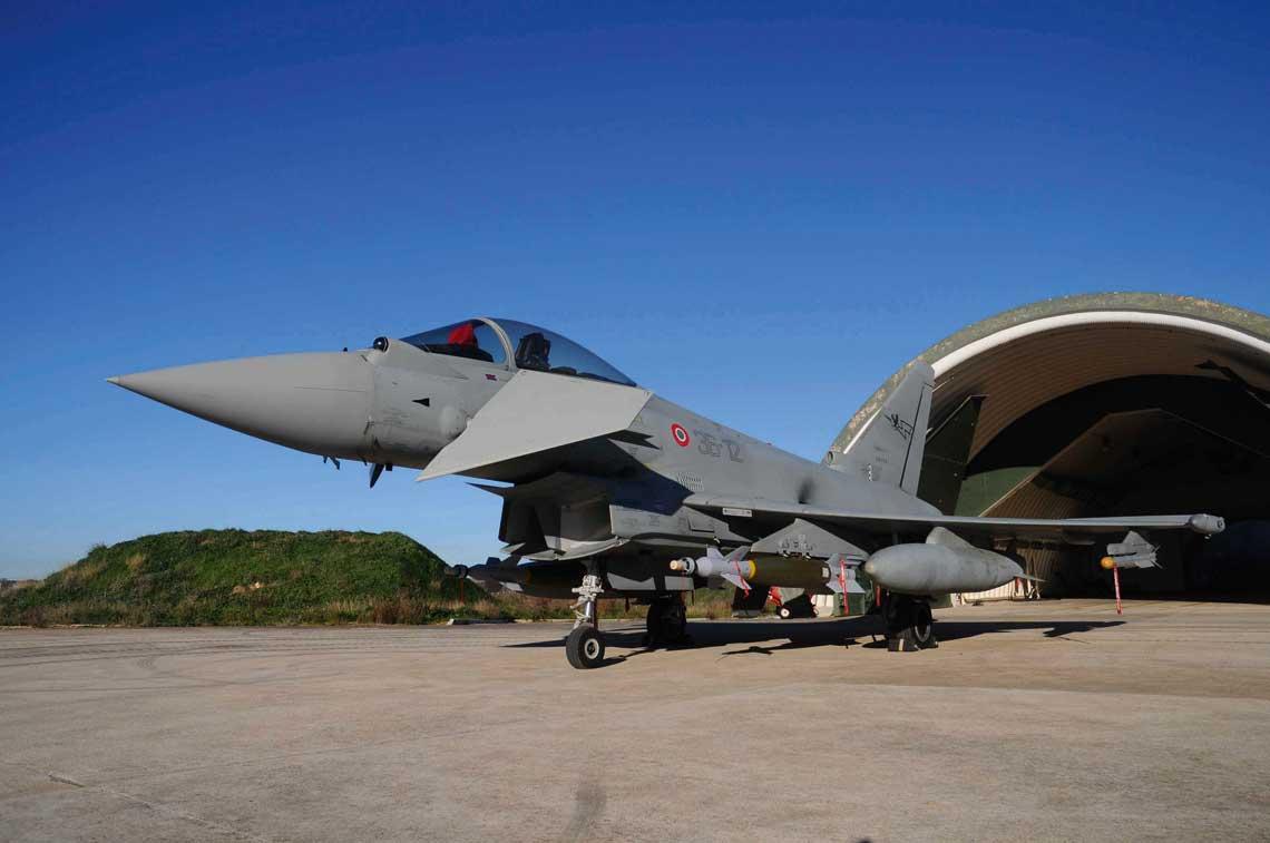 Samolot mysliwski Eurofighter to kombinacja bardzo duzej zwrotnosci i zaawansowanej awioniki, co czyni go jednym z najnowoczesniejszych i najsprawniejszych mysliwców na swiecie.