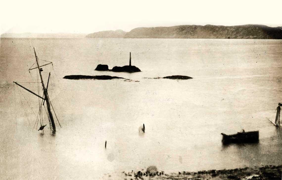 Wrak Iolaire tuz przy brzegu ze sterczacym nad woda masztem, ktory uratowal Donalda Morrisona.