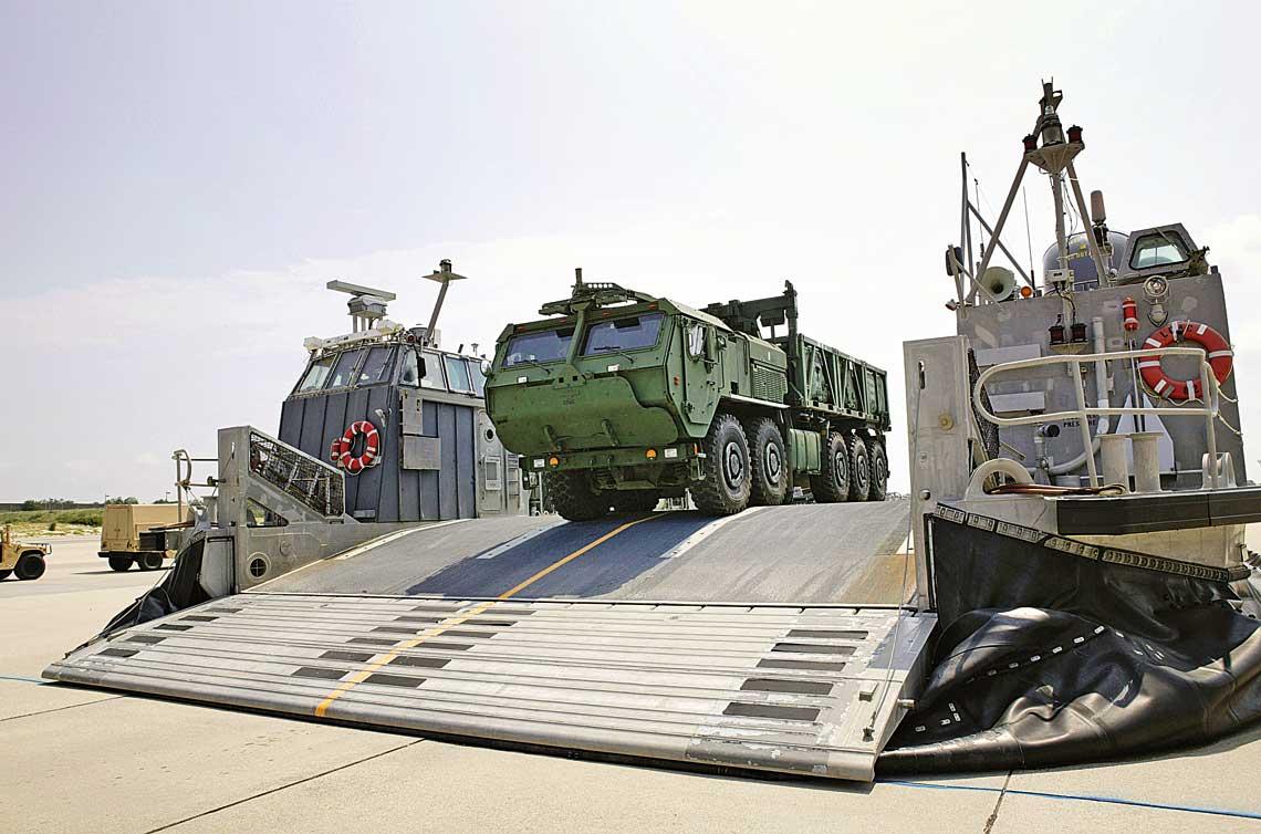 Na przestrzeni ponad cwiercwiecza Oshkosh przekazal tylko Silom Zbrojnym Stanow Zjednoczonych kilka tysiecy ciezarowek w ukladzie 10×10, czyli wielokrotnie wiecej, niz wszyscy inni producenci razem wzieci uzytkownikom z calego swiata. Na zdjeciu pojazd rodziny LVRS opuszcza poklad ladunkowy poduszkowca desantowego LCAC.