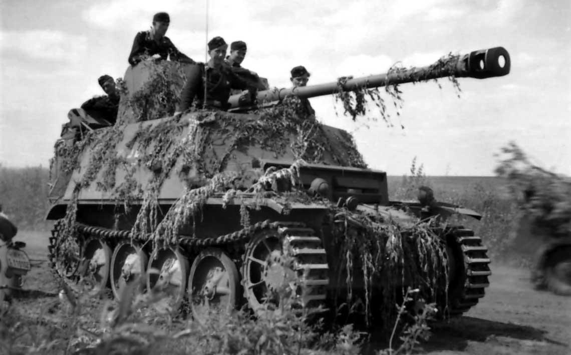 Przeciwpancerne dzialo samobiezne SdKfz 132 Marder II w czasie marszu, z maskowaniem w postaci galezi.