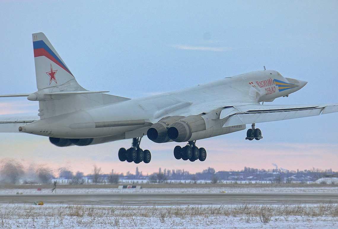 Tu-160 Wasilij Sienko startuje z lotniska Engels zajmowanego przez 22 Dywizje Lotnicza Bombowcow Ciezkich. Jest to jeden z 16 bombowcow tego typu bedacych obecnie w uzbrojeniu w Rosji. W 2021 r. ich produkcja ma byc wznowiona. Wszystkie fot., jesli nie zaznaczono inaczej,