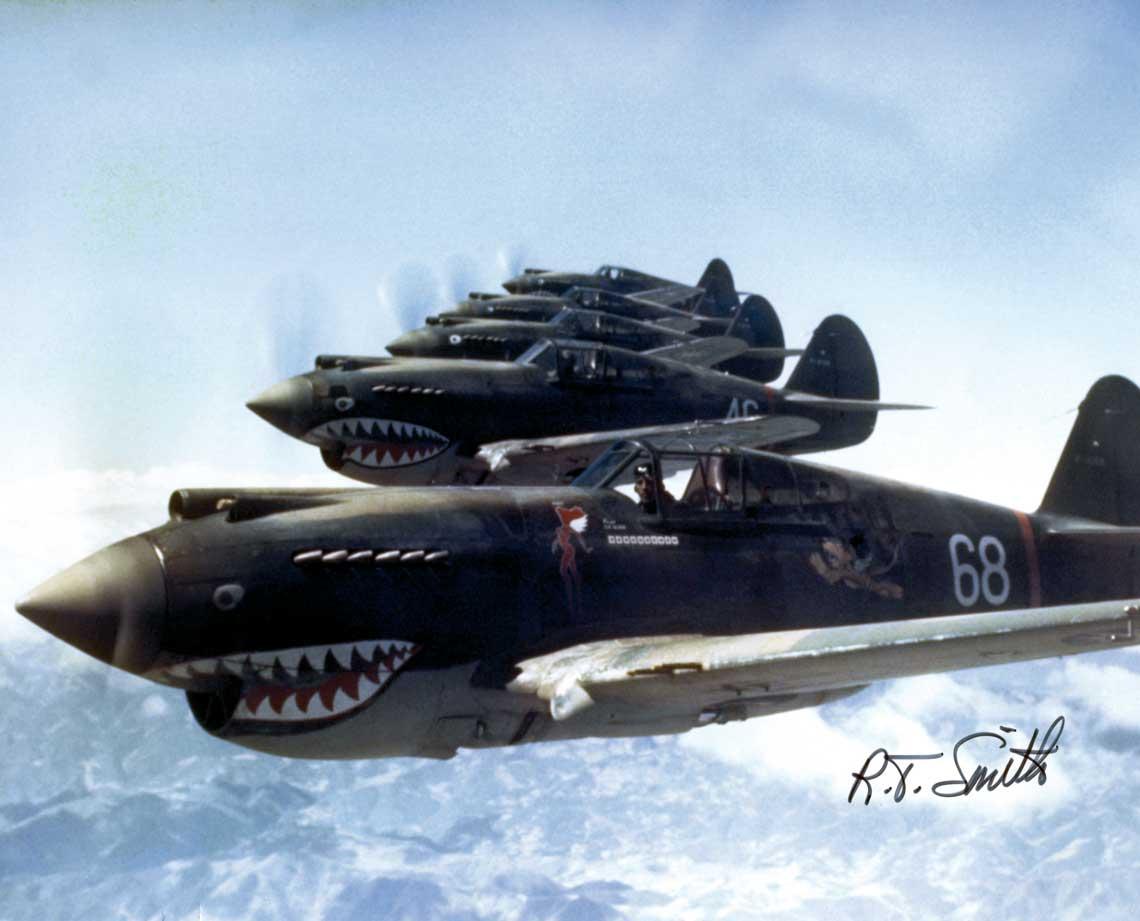 """Formacja """"Latajacych Tygrysow"""" z 3. Dywizjonu AVG (""""Hell's Angels"""") w maju 1942 r. Na pierwszym planie samolot dowodcy dywizjonu, Charlesa Oldera."""
