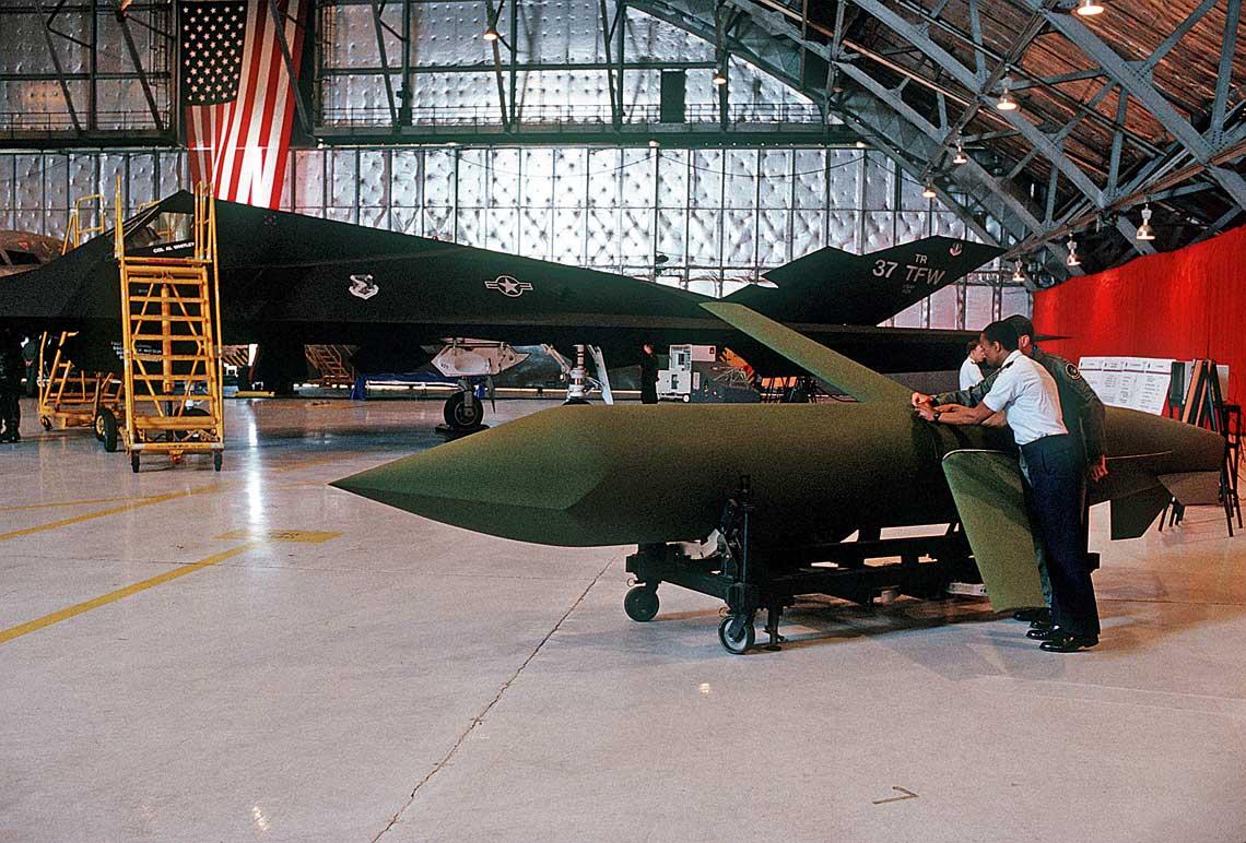 Pocisk AGM-129A ACM wystawiony obok samolotu bombowego F-117A w Andrews Air Force Base w stanie Maryland. AGM-129A jest w konfiguracji lotnej, z rozlozonym usterzeniem ogonowym i skrzydlami o ujemnym skosie, ktory mial obnizac skuteczna powierzchnie odbicia radiolokacyjnego pocisku. Zdjecie z 1992 r.