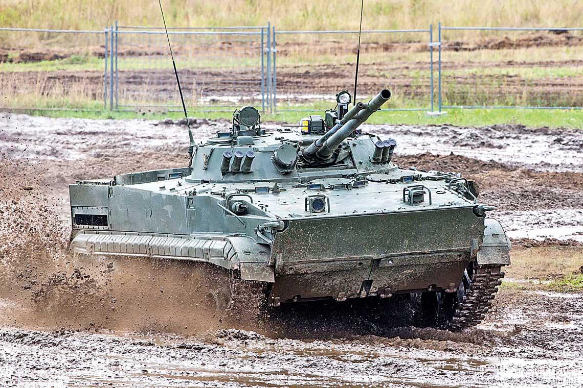 BMP-3 wchwili swego wejscia do linii byl wyjatkowym wswej klasie wozem bojowym – mial bardzo silne uzbrojenie: 100mm armate 2A70 zdolna do odpalania ppk, sprzezona z30mm armata automatyczna 2A72 i7,62mm km PKT, mial doskonale charakterystyki trakcyjne, plywal ibyl – jak na owczesne standardy – relatywnie dobrze opancerzony.