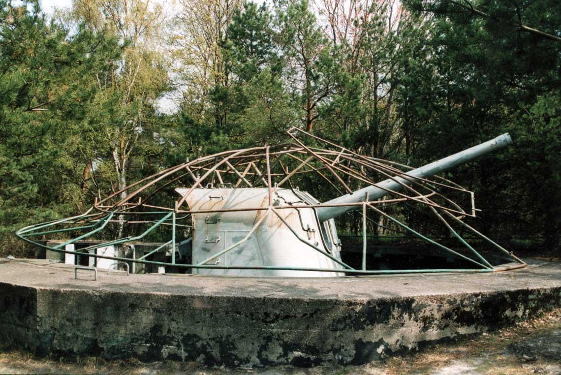 Podczas rozbudowy stanowisk artylerii nadbrzeznej po 1945 r. postanowiono skorzystac ze skromnych, ale istotnych doswiadczen z budowy i bojowego użycia wewrzesniu 1939 r. 31. Baterii Artylerii Nadbrzeznej im.Henryka Laskowskiego. Na zdjeciu widok stanu zachowania stanowiska ogniowego tej baterii w 1995 r. zradziecka 130 mm armata typu B-13.