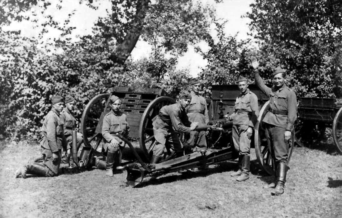 """zialon 75 mm armaty polowej wz. 02/26 w trakcie cwiczen. W stosunku do """"Schneiderow"""" armaty """"Prawoslawne"""" wymagaly mniej zaangażowania, jeśli chodzi o ich wykorzystanie do bezposrednich strzelan przeciwpancernych."""