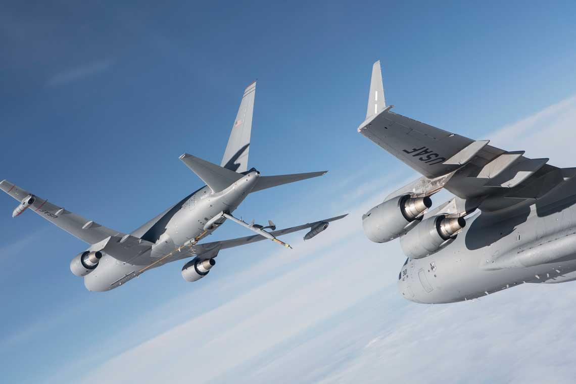 KC-46A podczas testow w powietrzu z udzialem  ciezkiego samolotu transportowego C-17A Globemaster III. Fot. Boeing