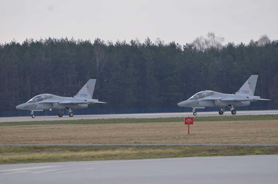 W 4. Skrzydle Lotnictwa Szkolnego rozpoczely sie loty samolotow szkolenia  zaawansowanego M-346. Pierwszy lot polska maszyna 16 lutego 2018 r. wykonal kpt. pil. Miroslaw Kopec.