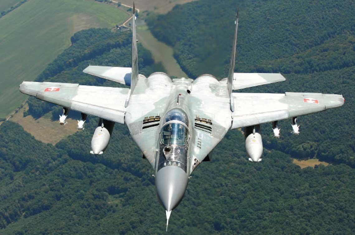 """Dzis jedyne samoloty bojowe Sil Powietrznych Sil Zbrojnych Republiki Slowackiej to tuzin mysliwcow MiG-29, z ktorych w pelni sprawnych jest 6–7. Na zdjeciu maszyna MiG-29AS  z podwieszonymi czterema pociskami kierowanymi """"powietrze–powietrze"""" R-73E i dwoma zbiornikami dodatkowymi o pojemnosci po 1150 litrow."""
