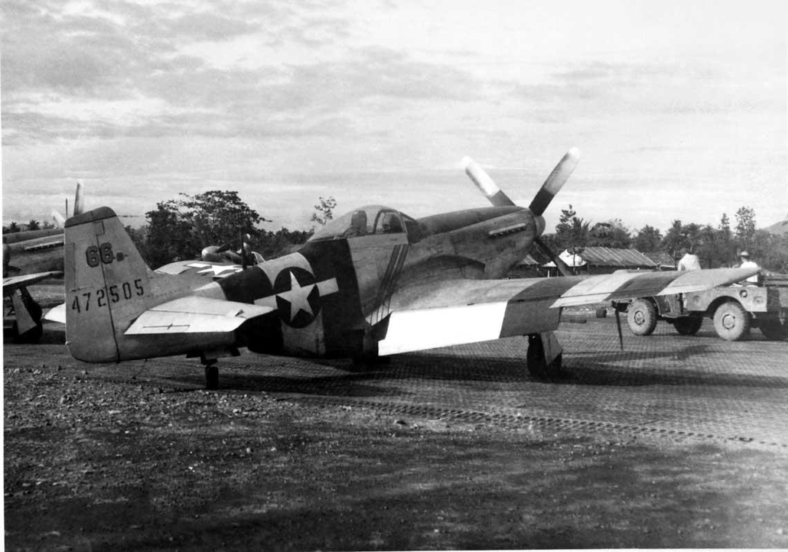 """P-51D ,,The Flying Undertaker"""" (Latajacy Przedsiebiorca Pogrzebowy) Capt. Williama Shomo z 82. TRS. W cywilu Shomo byl zawodowym balsamista zwlok."""
