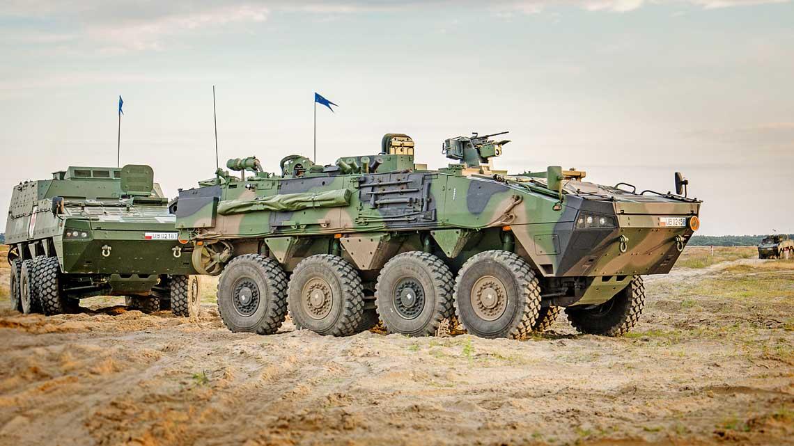 Pierwsze Rosomaki-WRT przekazano wojsku pod koniec 2016 r., aw2017 r. wziely udzial po raz pierwszy wszkoleniach poligonowych wskladzie macierzystych pododdziałow. Na zdjeciu pojazd 12. Brygady Zmechanizowanej podczas cwiczen na poligonie Centrum Szkolenia Wojsk Ladowych Drawsko. Na drugim planie inny woz specjalistyczny na bazie KTO Rosomak – WEM.