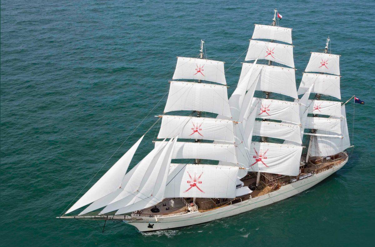 Shabab Oman II na probach morskich.  Efektowne emblematy na zaglach  pozwalaja na szybka identyfikacje jednostki. Zanim Algieria kupila w Polsce El-Mellaha,  Oman byl jedynym krajem arabskim uzytkujacym duzy zaglowiec szkolny.