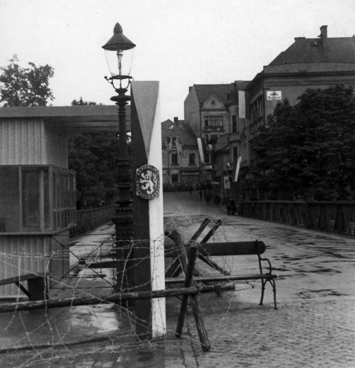 Symboliczny most na rzece Olzie w Cieszynie – widok odstrony czechoslowackiej.