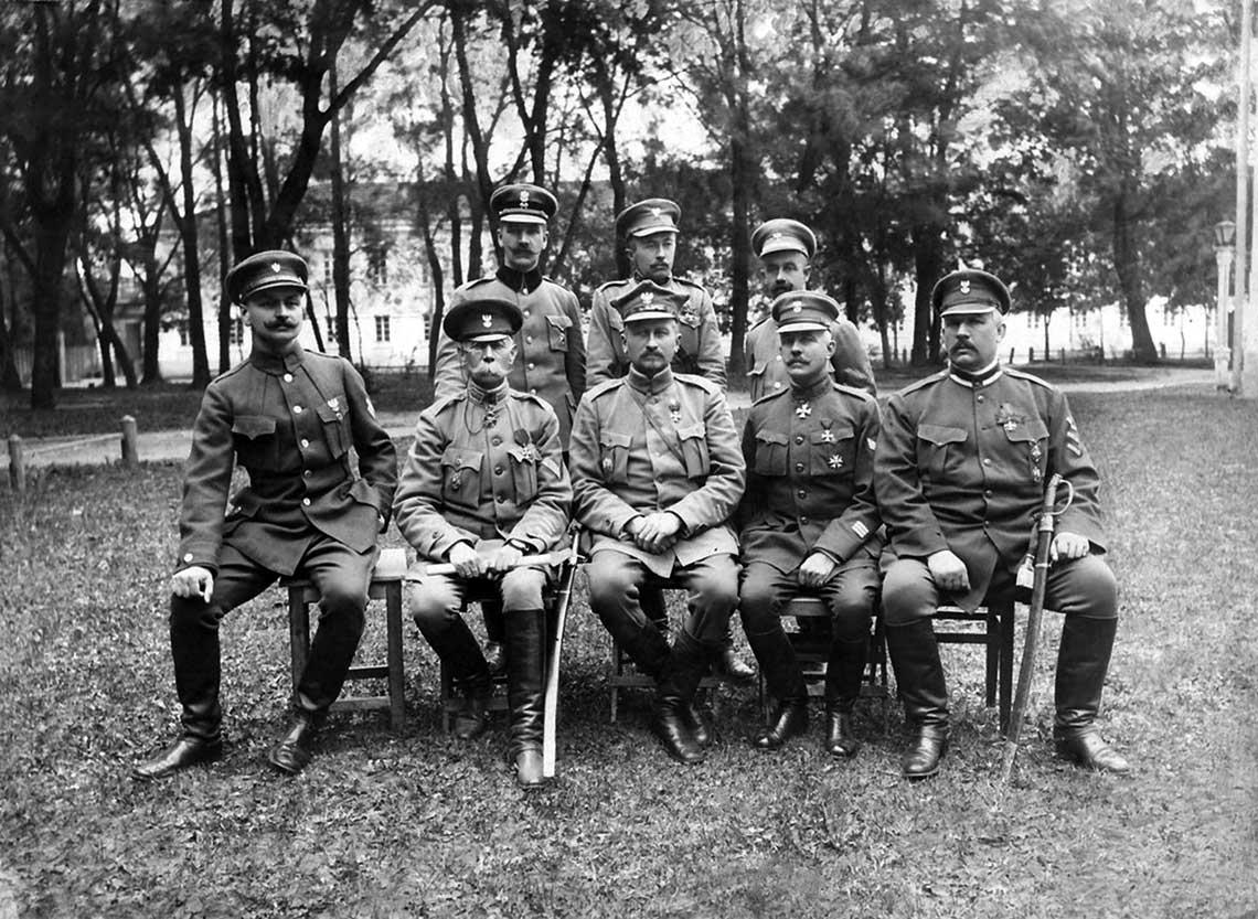 """Sztab I Korpusu Polskiego w Rosji (a wlasciwie """"na Wschodzie""""). W srodku siedzi general Jozef Dowbor-Musnicki."""