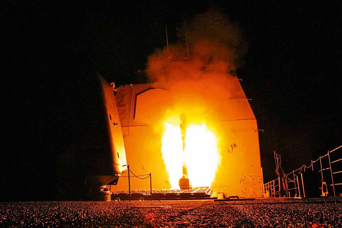 Krazownik rakietowy USSMonterey (CG61) typu Ticonderoga odpala pocisk Tomahawk zwyrzutni dziobowej wnocy 14kwietnia 2018r.