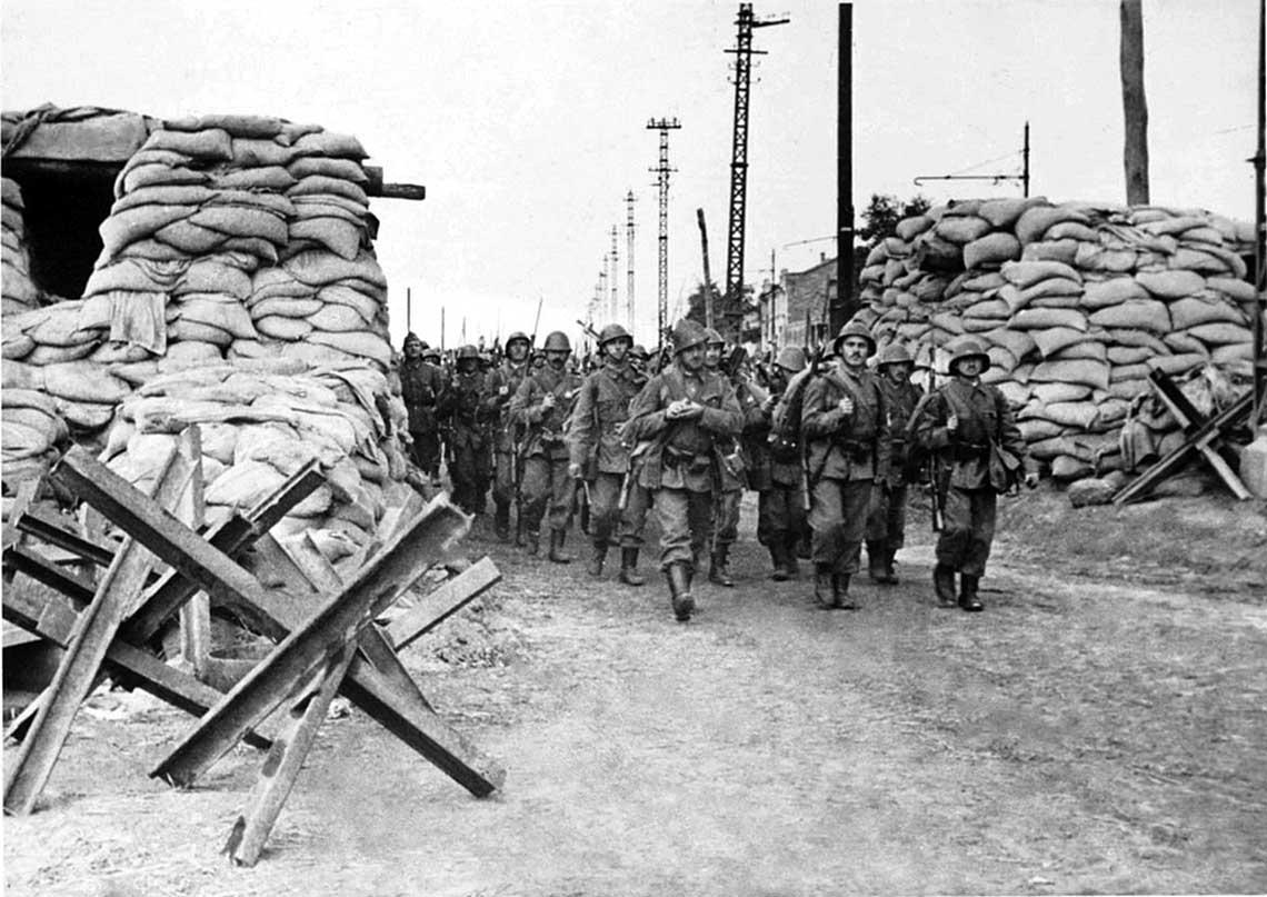 Z uwagi na pogorszenie się polozenia Frontu Poludniowego sowieckie Najwyzsze Naczelne Dowództwo zadecydowało o ewakuacji Odessy, tak by znajdujace się tam wojska wykorzystac do wzmocnienia obrony Krymu i Sewastopola. Na zdjęciu: armia rumunska wkracza do miasta.