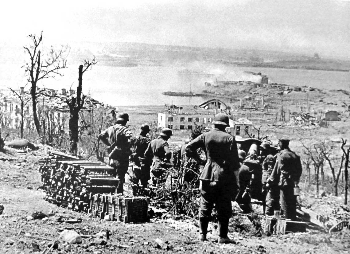 Obsluga niemieckiej 105 mm haubicy leFH18 prowadzi ostrzal Fortu Konstantynowskiego, broniacego wejscia do Zatoki Sewastopolskiej; czerwiec 1942 r.