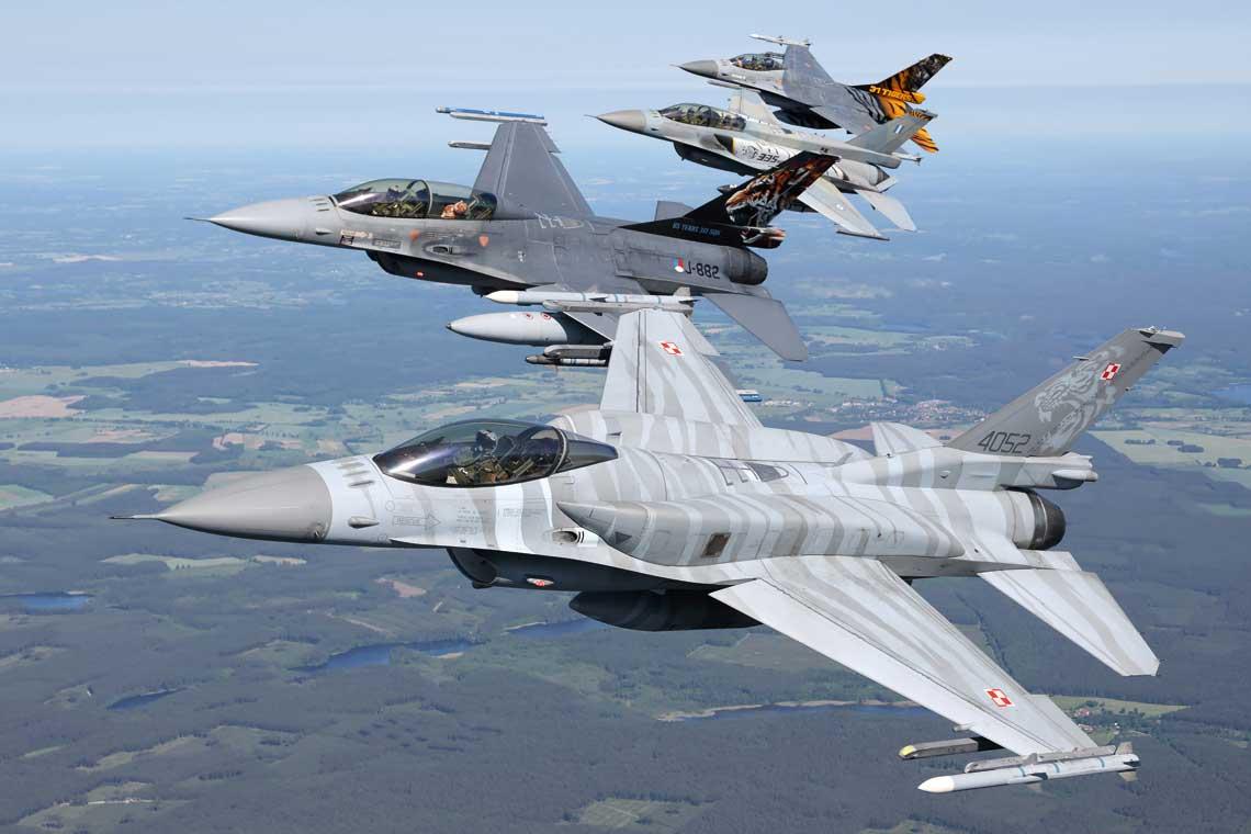 """""""NATO Tiger Meet"""" to cykliczne elitarne cwiczenia dla eskadr lotniczych krajow wchodzacych w sklad Sojuszu Polnocnoatlantyckiego. W tym roku po raz pierwszy whistorii NTM gospodarzem byla Polska."""