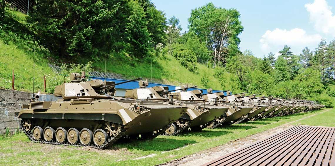21 wozow bojowych BVP-M i BPsVI zgromadzonych w Lieskovcu w celu przekazania Silom Zbrojnym Republiki Slowackiej.
