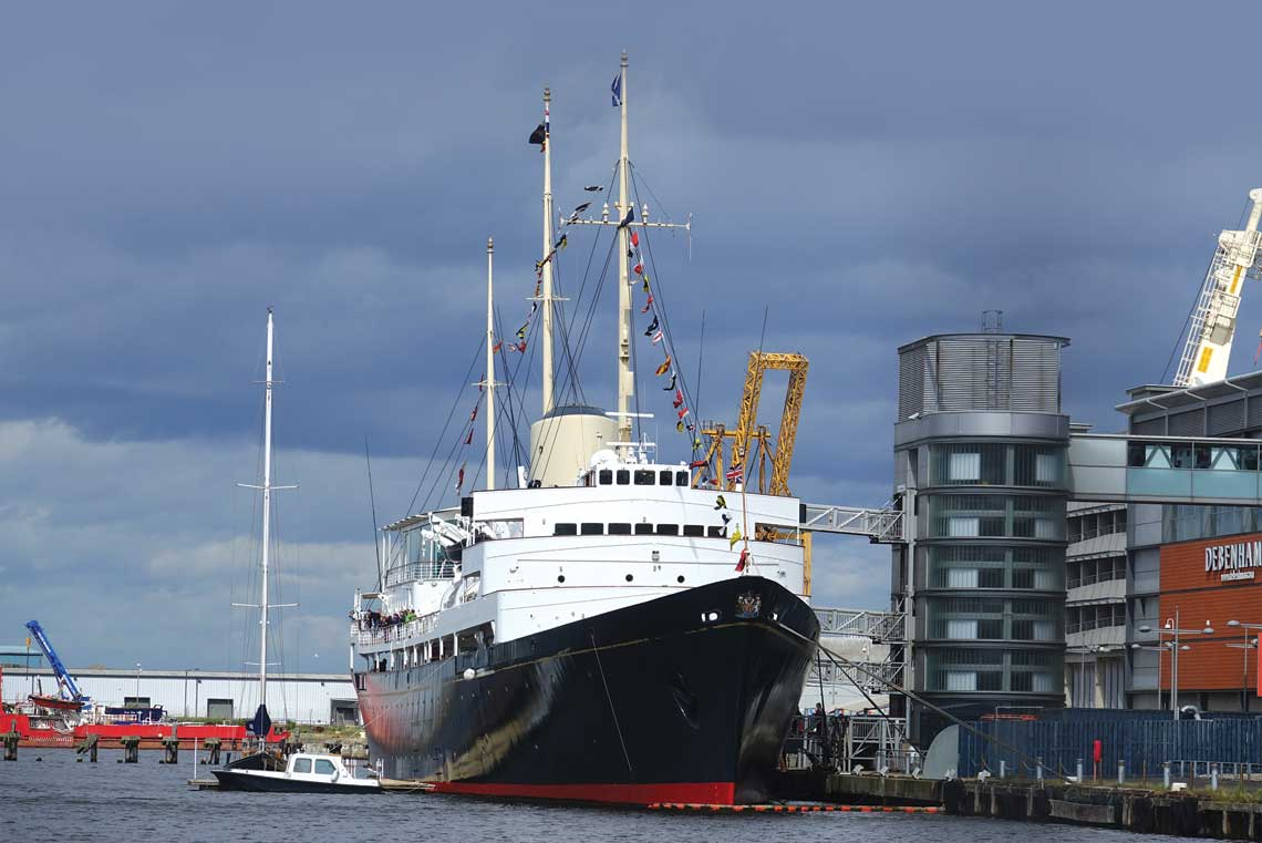 Britannia zacumowana przy centrum  handlowym Ocean Terminal. Statek  udostępniony jest dzieki specjalnej,  wieżowej klatce schodowej.  Fot. Krzysztof Kubiak