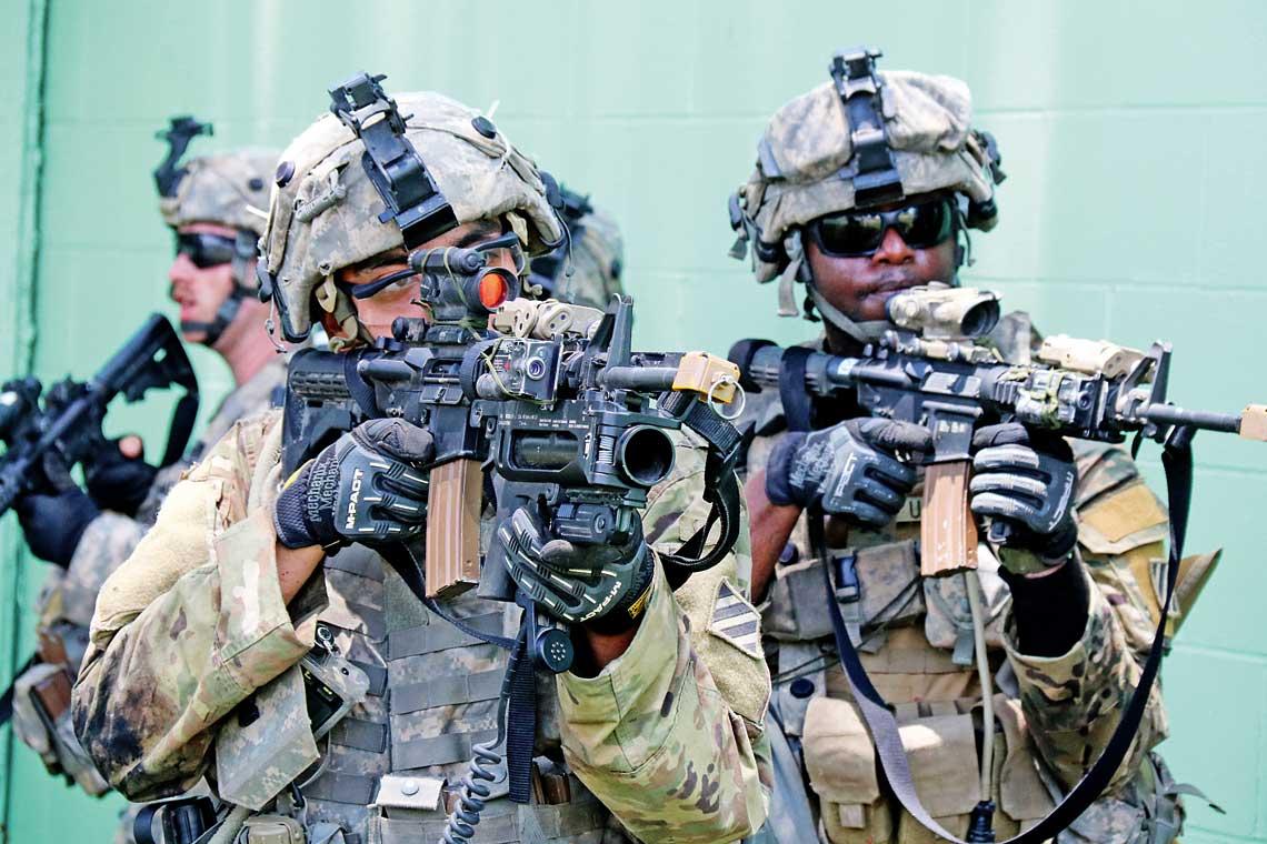 Zolnierze Wojsk Ladowych Stanow Zjednoczonych w czasie szkolenia z wykorzystaniem systemow laserowych Cubic IWS w National Training Center (NTC) w Fort Irwin.