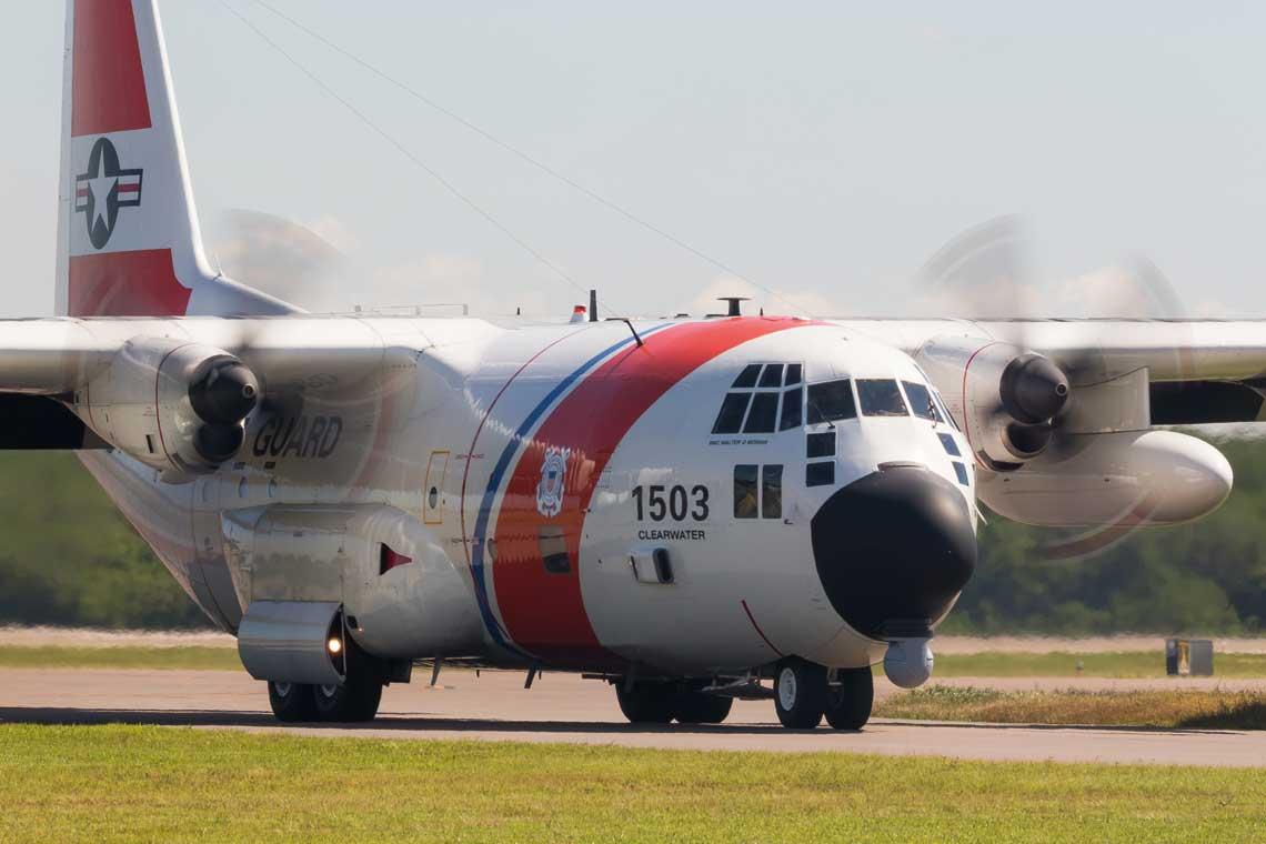 Nalezacy do US Coast Guard samolot HC-130H Hercules wraca na lotnisko St. Petersburg-Clearwater International Airport z lotu szkolnego.