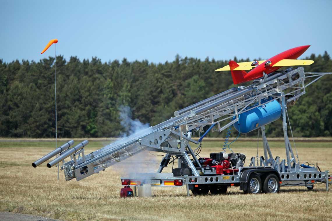 Jet-2 - bezzanogowy odrzutowy system imitatora celu powietrznego przeznaczony do szkolenia poligonowego wojsk obrony przeciwlotniczej wzakresie wykonywania strzelan zzestawow rakietowych Kub i Osa.