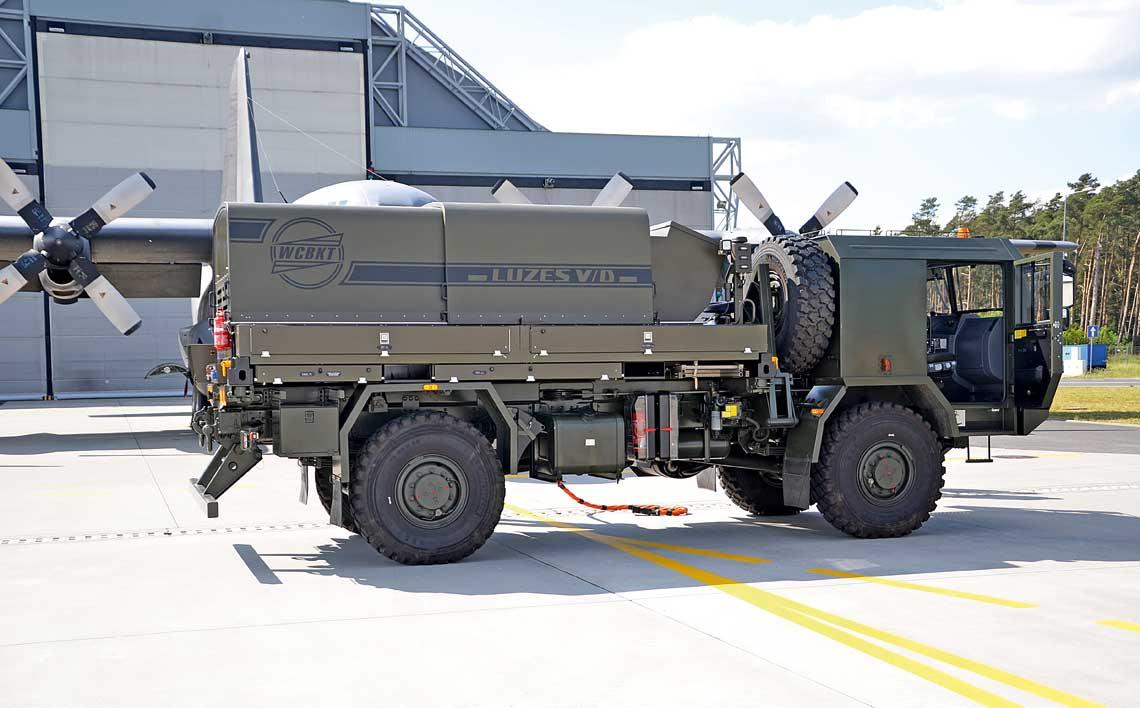 Pierwszy zasilacz elektroenergetyczny LUZESV/D seriiV na podwoziu samochodu ciezarowego Jelcz442.32, ktory pod koniec maja trafil do 33.Bazy Lotnictwa Transportowego wPowidzu.