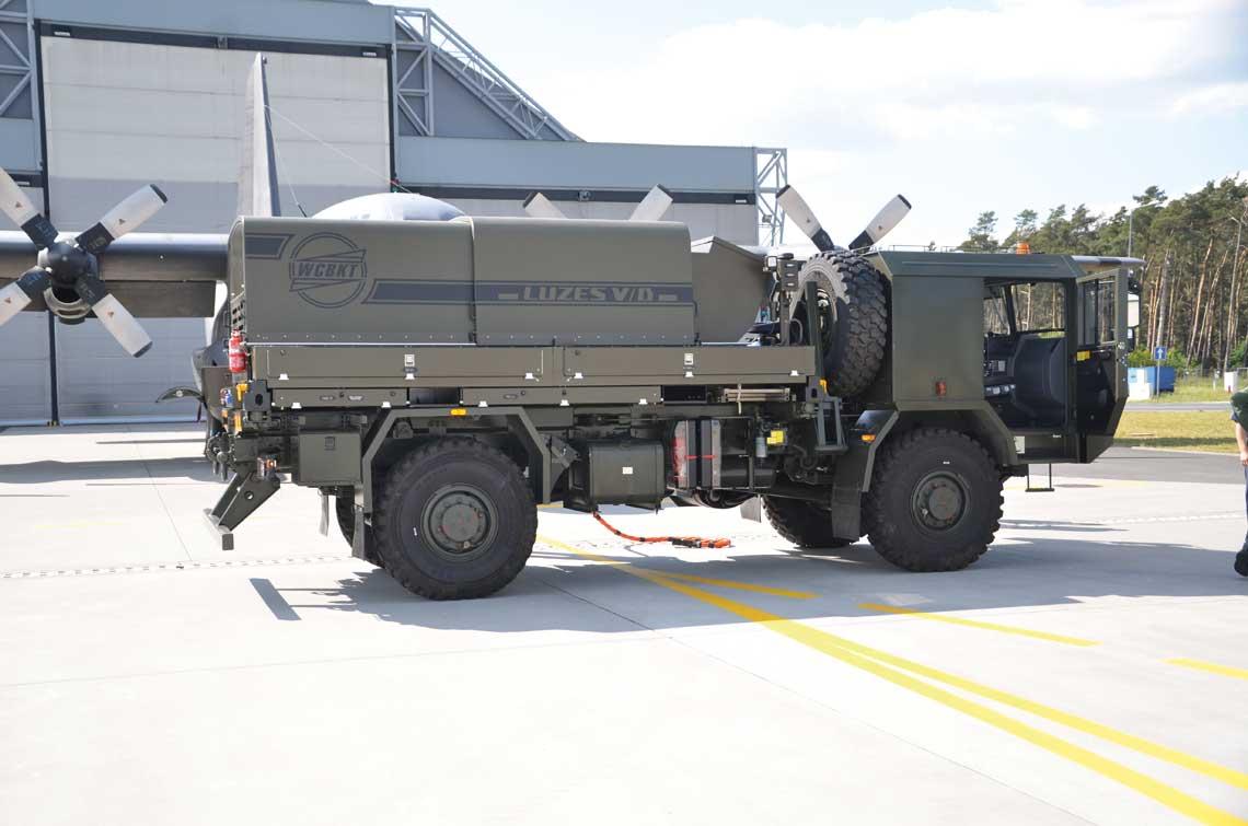 Lotniskowe urzadzenie zasilania elektroenergetycznego LUZES V/D seria V jest przeznaczone do zasilania systemow pokladowych statkow powietrznych, uruchamiania silnikow i sprawdzania stanu technicznego wyposazenia pokladowego.