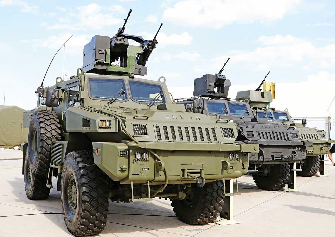 Kolowe pojazdy opancerzone Arlan, rozniace sie zastosowanym typem zdalnie sterowanego stanowiska uzbrojenia badz obrotnica z zestawem oslon. Pojazd na pierwszym planie ma zamontowane dwubroniowe zdalnie sterowane stanowisko SARP Dual z 12,7 mm wkm i 7,62 mm km.