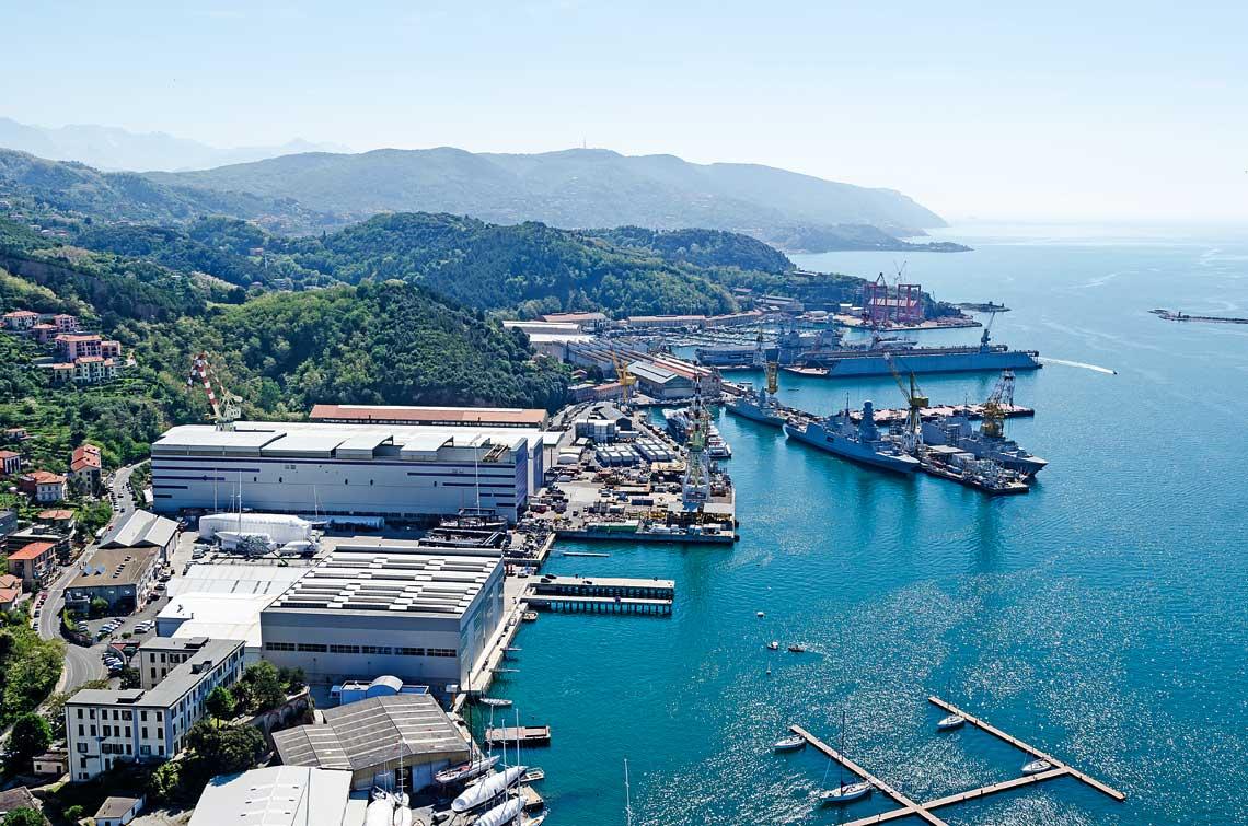 Stocznia Muggiano wloskiego koncernu stoczniowego Fincantieri. Fincantieri wraz z francuska Naval Group sa na koncowym etapie rozmow o konsolidacji obu firm. Na zdjeciu m.in. wyposazane fregaty typu FREMM.